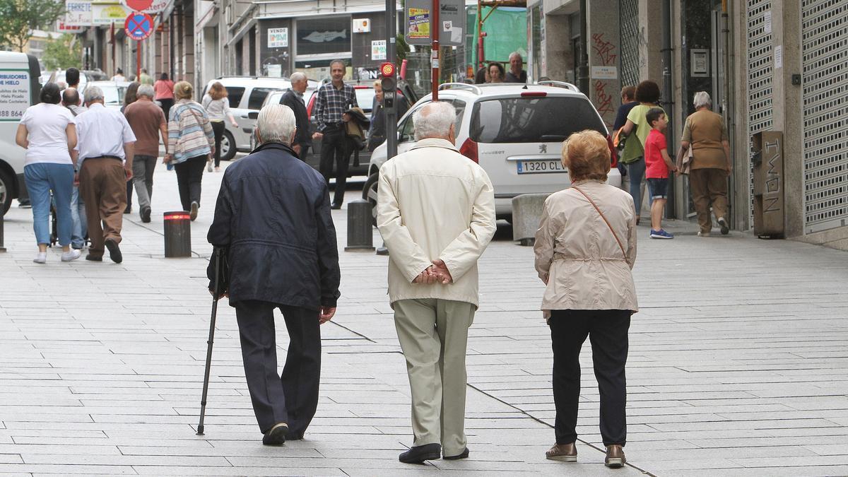 Ancianos de paseo por una calle, antes de la pandemia.