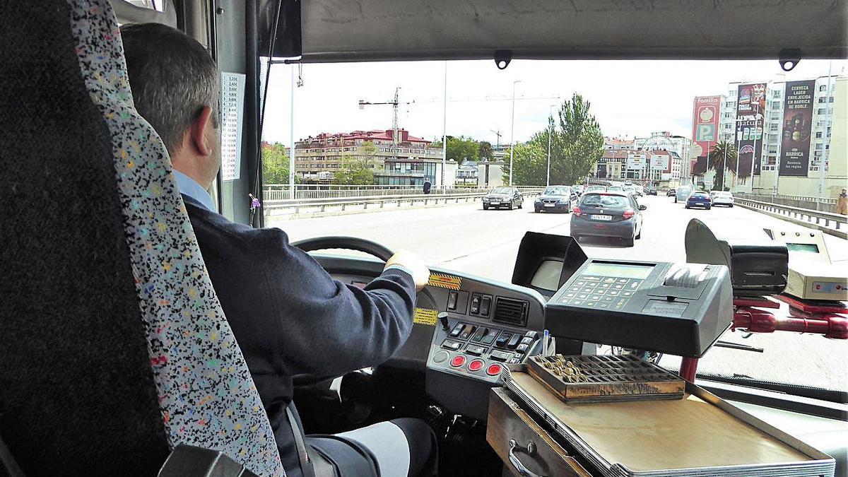 Interior de un bus que cruza A Pasaxe hacia Santa Cristina, en 2019. |   // I. R.