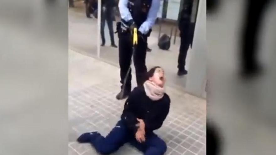 El hospital denuncia a la joven reducida con una Taser