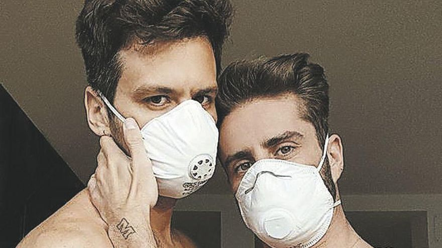 Pelayo Díaz y su marido posan en mascarilla y levantan polvareda