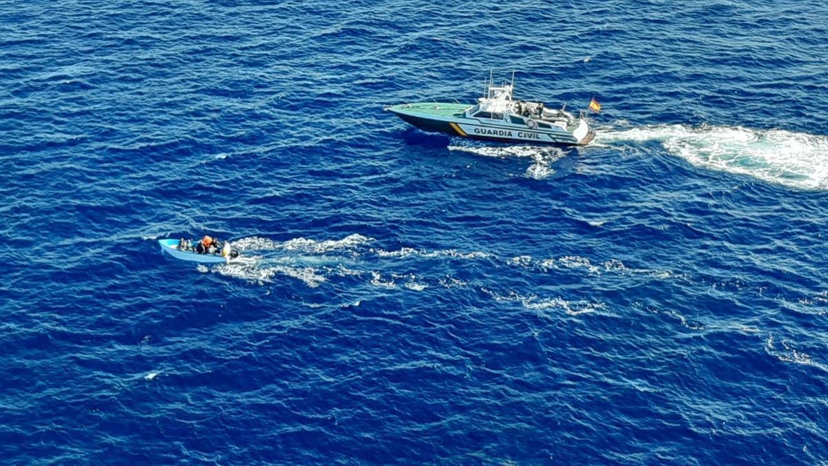Una patera interceptada en aguas de Cabrera.