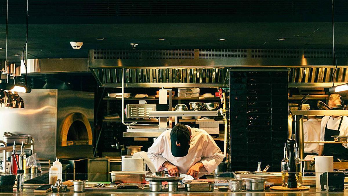 Un chef en la cocina del restaurante La Llama.