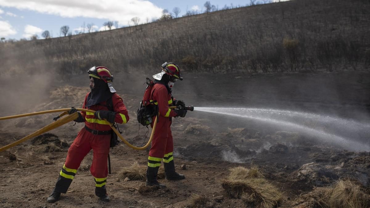 Labores de extinción del incendio iniciado en Lober de Aliste
