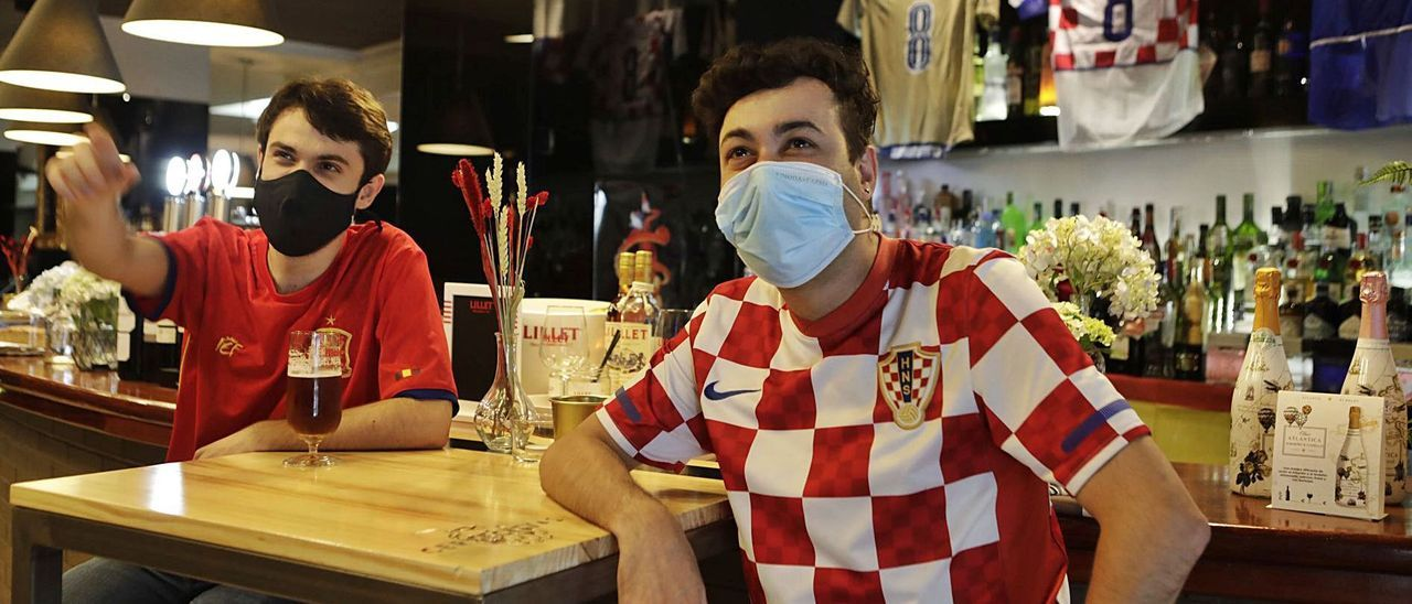 El ovetense Álvaro Menéndez, con la camiseta de España, junto a Andrés Collado, aficionado croata de El Entrego. |