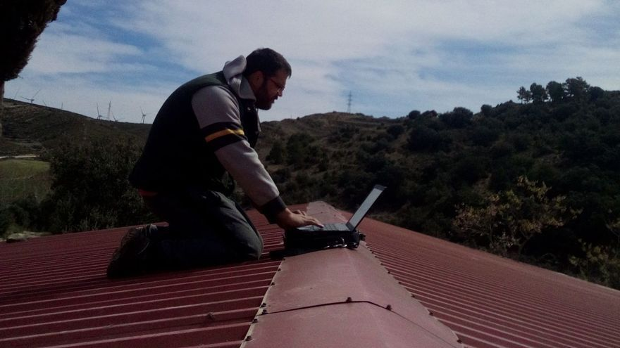 Un alcalde monta su oficina en el tejado para poder conectarse a internet