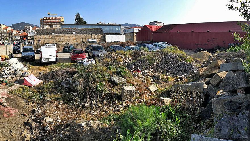 El aparcamiento para comerciantes en Ojea, convertido en escombrera y urinario público