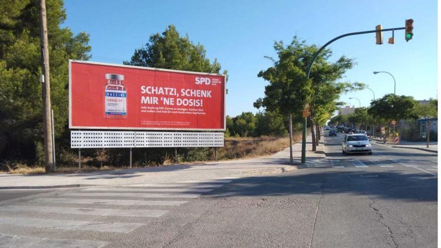 SPD wirbt auf Mallorca mit Plakaten für die Corona-Impfung