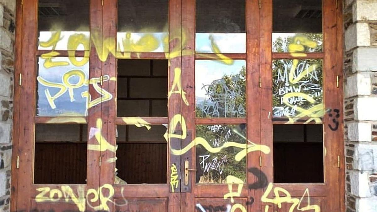 L'entrada al local social de Saneja empastifat i amb vidres trencats després dels 'botellons'   AJ GUILS