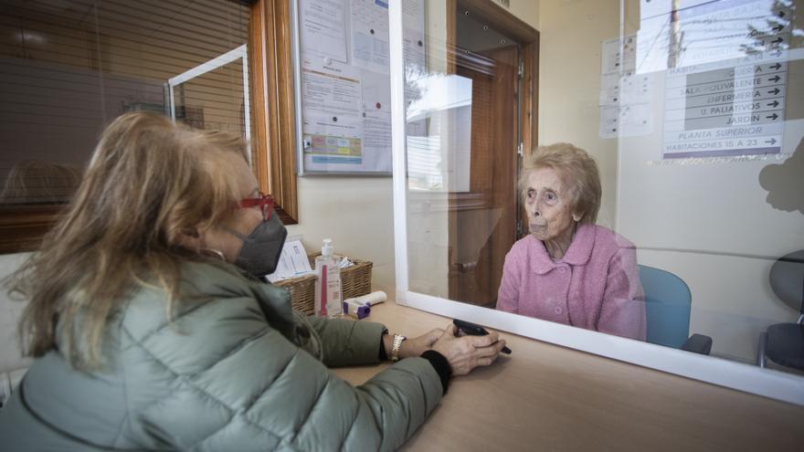 Las visitas a las residencias recuperan el contacto físico tras 18 meses