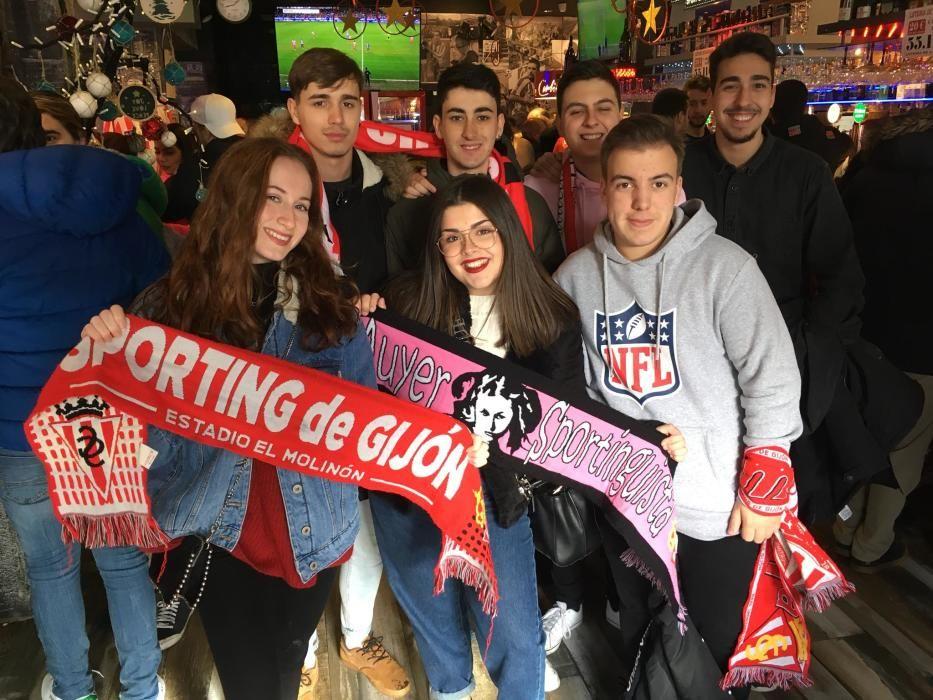 Aficionados del Sporting en la previa del partido.