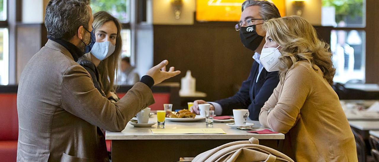 Por la izquierda, Jaime de Olano, Cristina Villanueva –secretaria general del PP de Gijón–, Pablo González y Teresa Mallada, ayer, en Gijón.