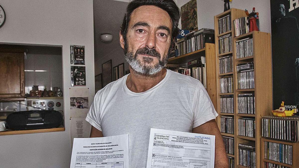 Eugenio Vidal posa en su casa con la solicitud de la prestación fechada en marzo de 2019.