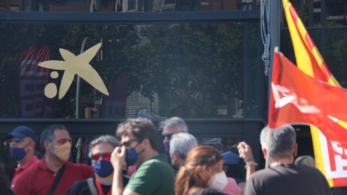 Logotip de CaixaBank a l'entrada de la seu de l'entitat a Barcelona, durant una manifestació contra l'ERO