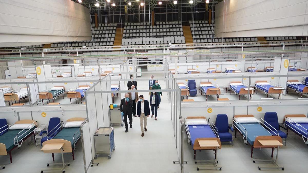Imagen de la visita del presidente de la Junta, Juanma Morano, al hospital de apoyo instalado en Carranque.