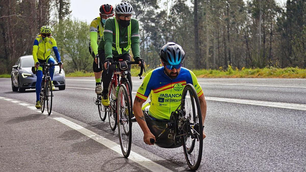 Iván Montero, durante la prueba de ayer organizada por el Club Ciclista Riazor. |  // L. O.
