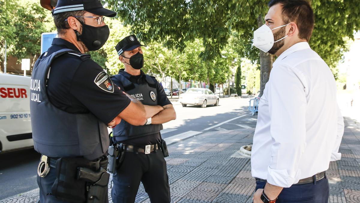 Salaya conversa con una pareja de Policías Locales.