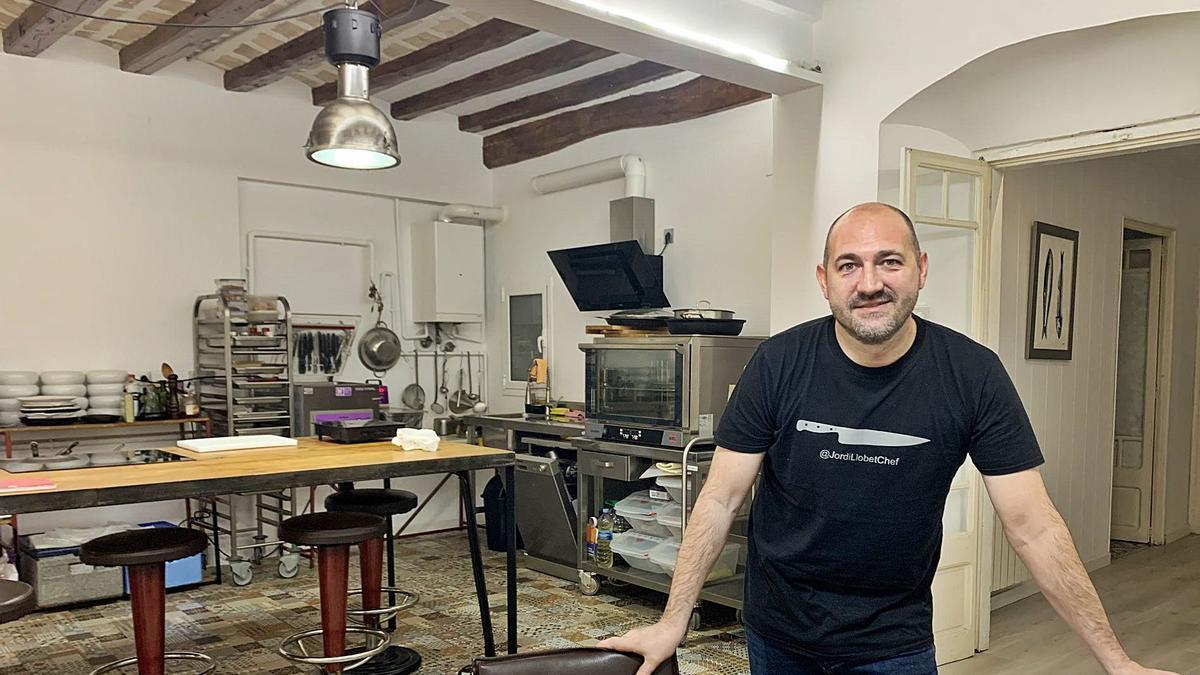 El xef Jordi Llobet a la cuina de la seva escola, al carrer Nou de Manresa   G.F.