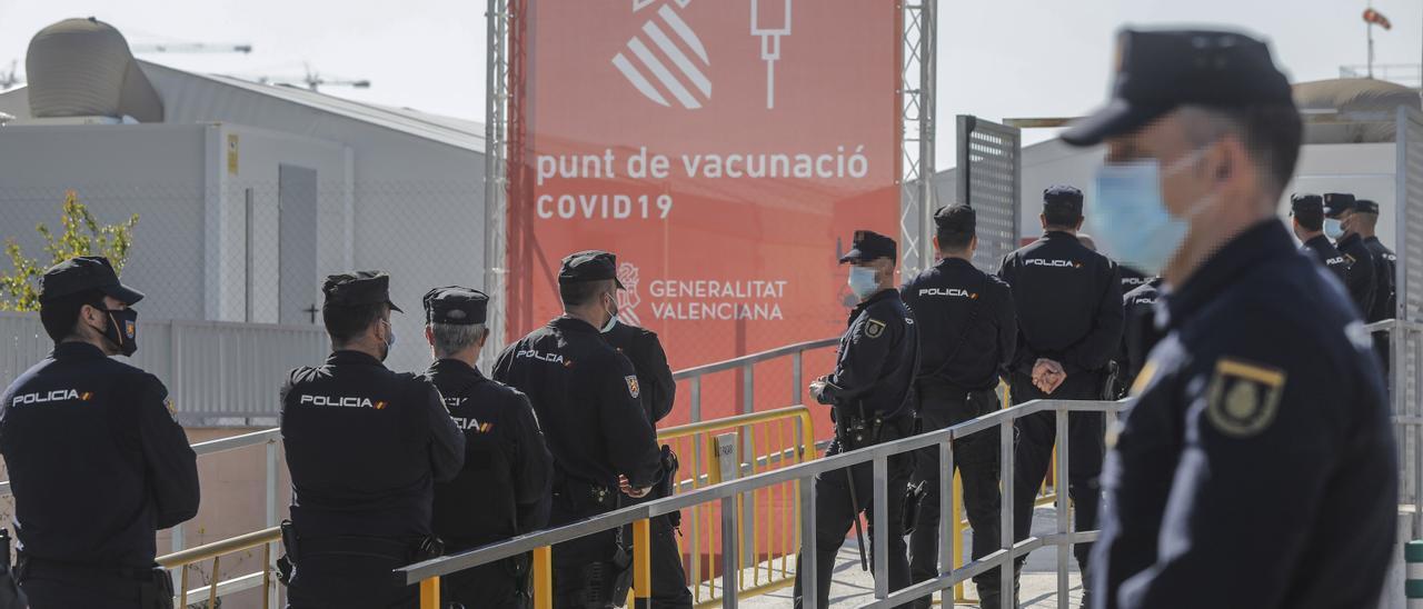 Funcionarios de la Policía Nacional haciendo cola para vacunarse en la Comunidad Valenciana el 25 de marzo.