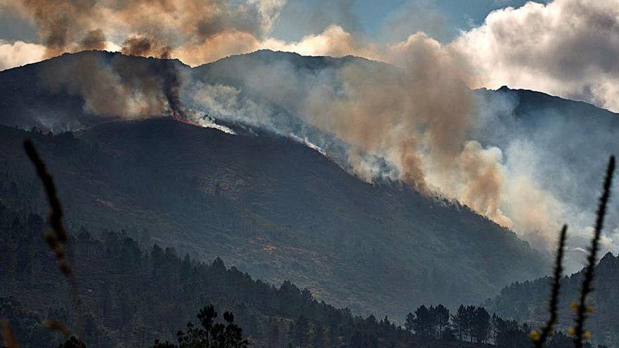 Catorce municipios de Ourense, en alerta por los incendios que han devorado ya 9.000 hectáreas