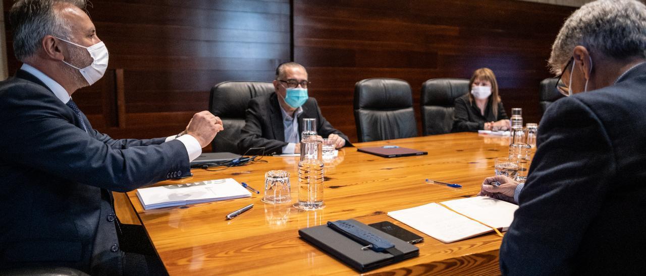 Ángel Víctor Torres, ayer, durante la reunión con su Consejo Asesor en Santa Cruz de Tenerife.