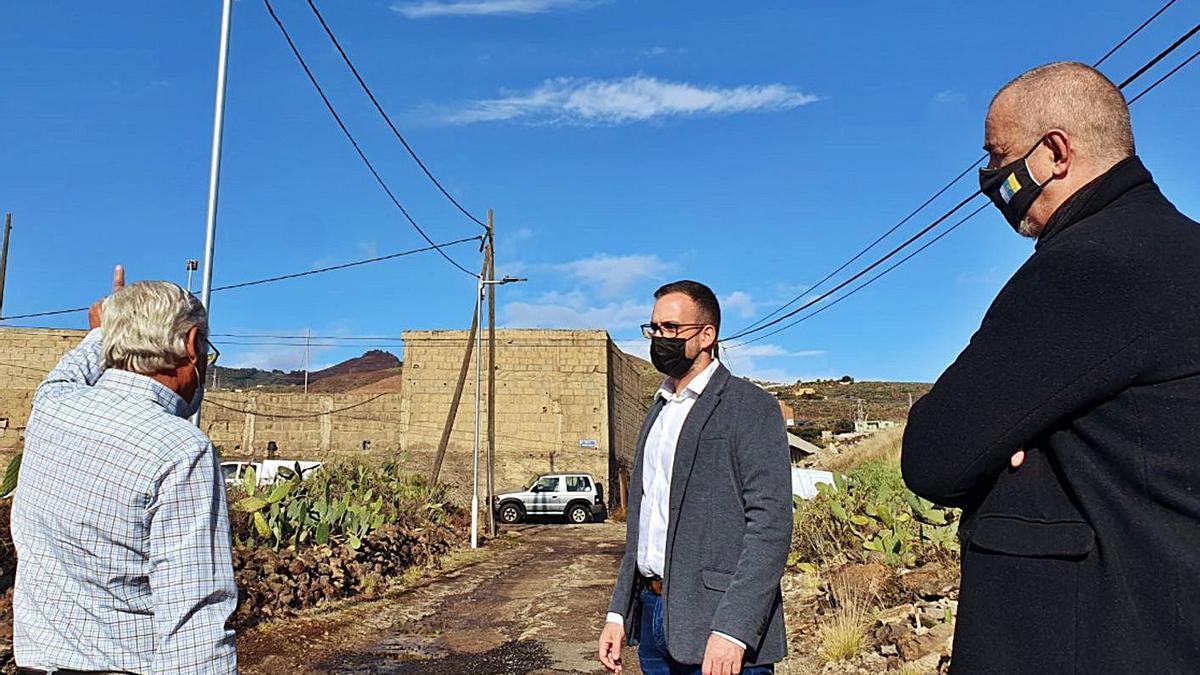 Javier Rivero, concejal del Distrito Suroeste, visita una de las calles que estrenan iluminación en El Chorrillo. | | E.D.