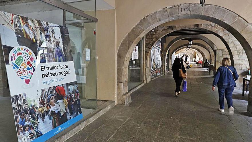 Cartells amb fotos «omplen» cinc locals buits al Barri Vell