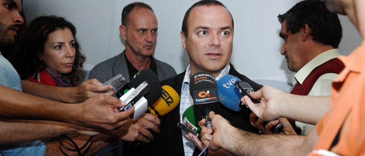 Augusto Hidalgo, candidato del PSOE a la Alcaldía, ayer en un descanso de las negociaciones para cerrar un pacto de gobierno con NC y LPGC Puede.