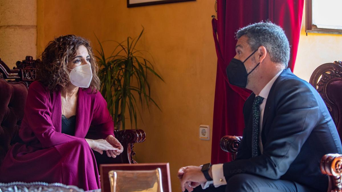 Reunión de la ministra de Hacienda, María Jesús Montero, con el alcalde de Rota (Cádiz), Javier Ruíz.
