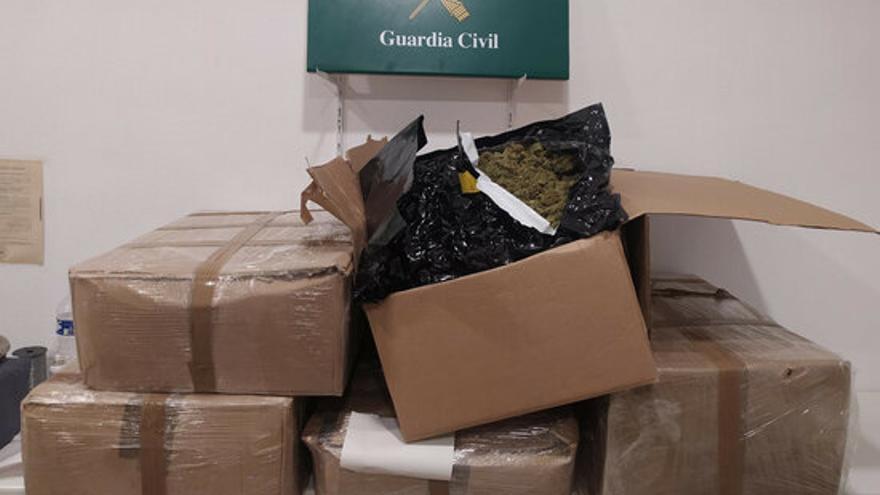 Localitzen més de 40 kg de marihuana amagada a la càrrega d'un camió a la Jonquera