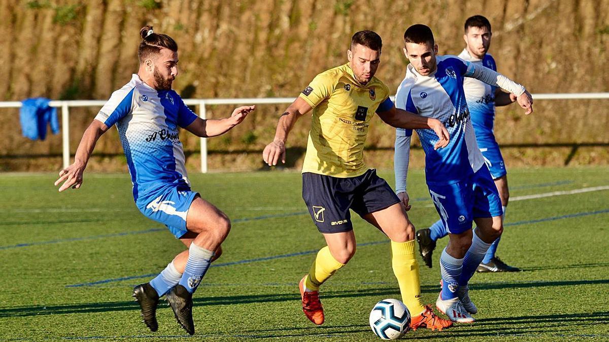 Imagen de un partido de la pasada temporada entre Sanxenxo y Portonovo. |  // RAFA VÁZQUEZ
