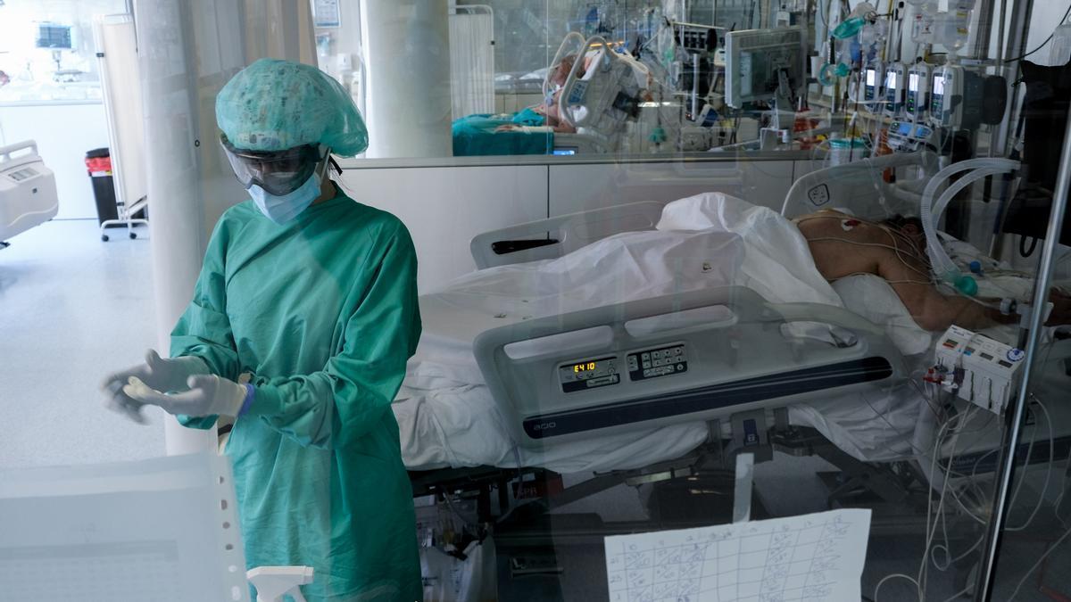 Actividad en la UCI del Hospital de Torrevieja hace algunas semanas.
