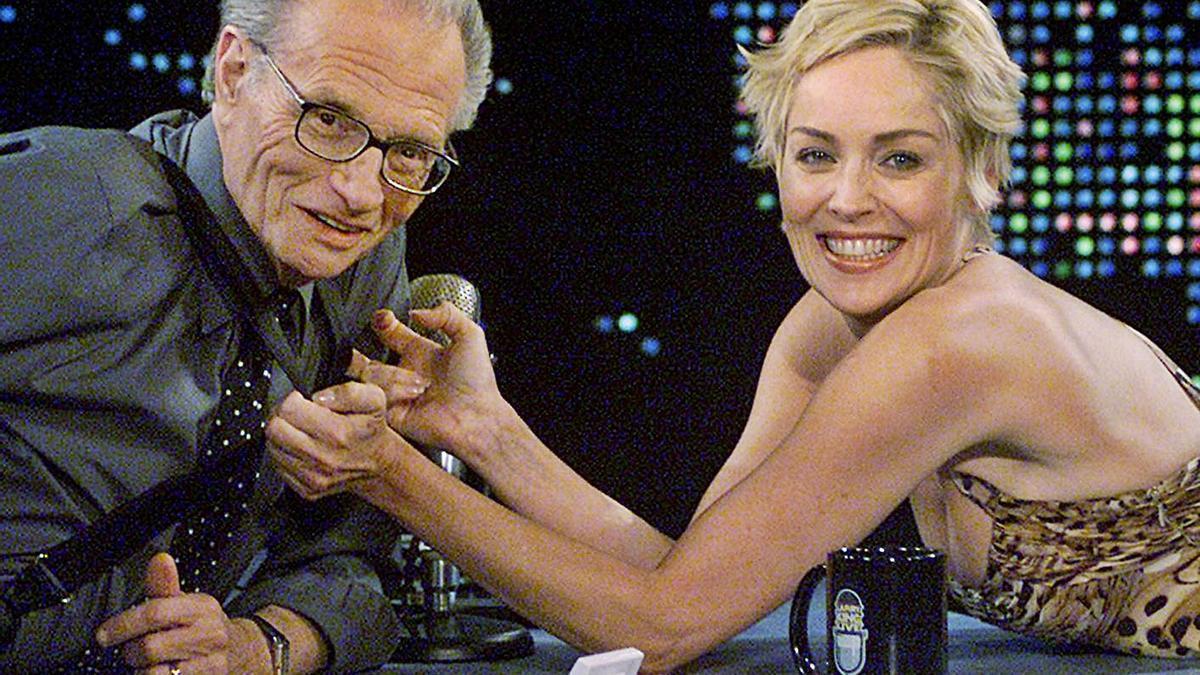 El mítico presentador y la actriz Sharon Stone en su programa de entrevistas.     // REUTERS