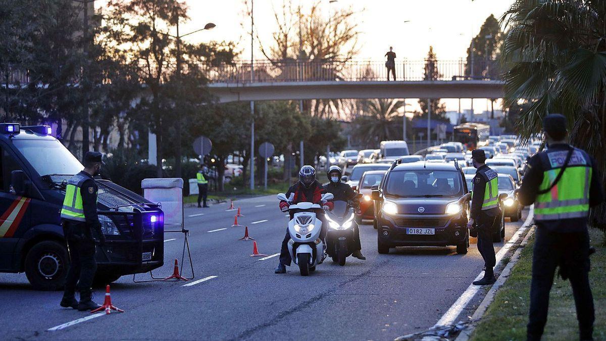 Confinamiento de València: control de la Policía Nacional, ayer, en la avenida del Cid, horas antes del cierre perimetral de la ciudad.