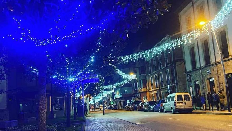 Una calle de Infiesto con iluminación navideña.