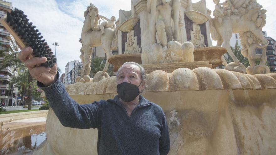 El Ayuntamiento de Alicante pide al espontáneo de Luceros que abandone la limpieza de la fuente