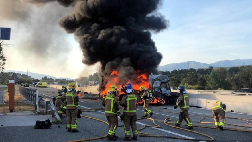 Un home resulta ferit crític després d'incendiar-se el camió que conduïa