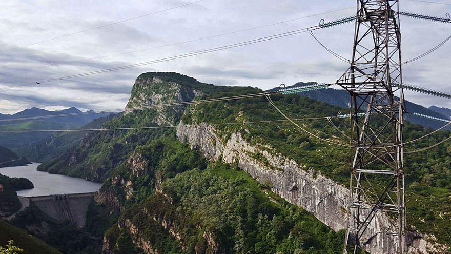 Costó 2.000 millones de pesetas hace 35 años y nunca funcionó: Red Eléctrica planifica la retirada de las 80 torres de Lada-Velilla