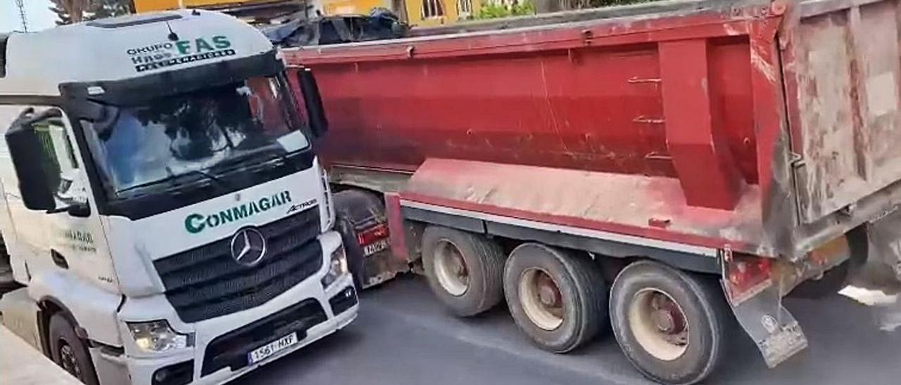 Cruce de camiones en la calle principal de la urbanización La Llobatera.   LEVANTE-EMV