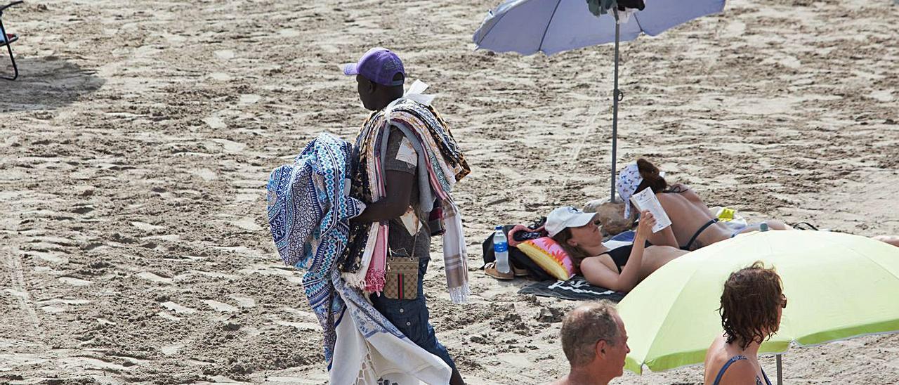 Uno de los vendedores ambulantes, este domingo en la playa de ses Salines.