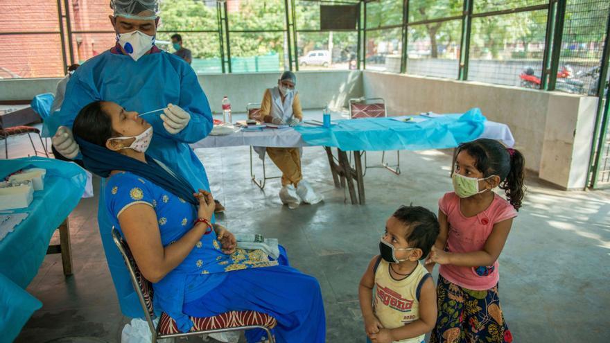 La India registra su primer descenso de contagios en plena situación crítica