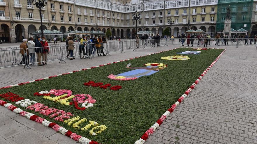 La alfombra floral homenajea a la Virgen del Rosario