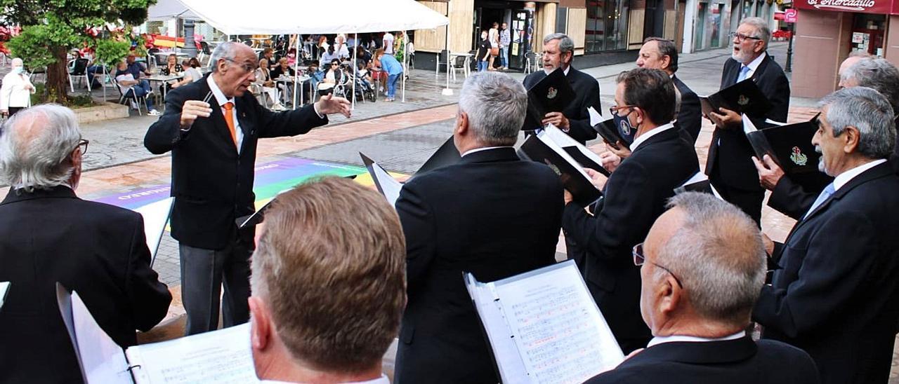 """La actuación de ayer del Coro """"Santiaguín"""", en la plaza del ayuntamiento de Langreo.   L. M. D."""