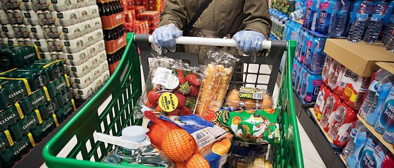 Carro de la compra en un supermercado de València, ayer.