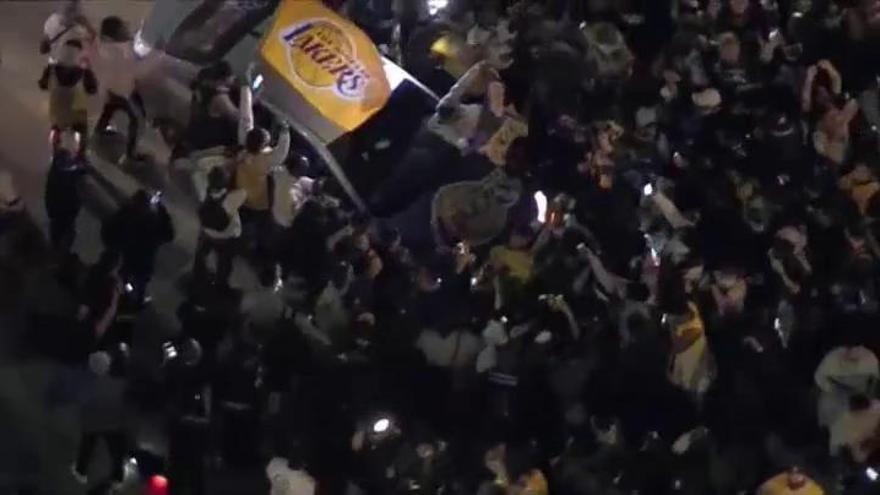 Fans de los Lakers se olvidan del coronavirus y celebran a lo grande su triunfo en la NBA