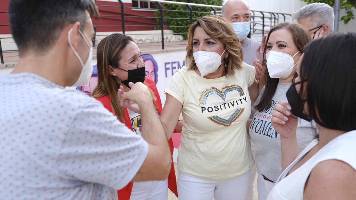 Susana Díaz, ayer, junto a militantes socialistas que apoyan su candidatura.