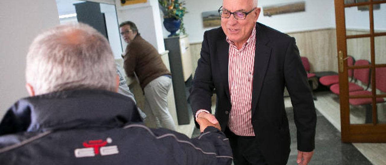 El alcalde de La Oliva, Pedro Amador, saluda a un vecino del municipio, ayer.