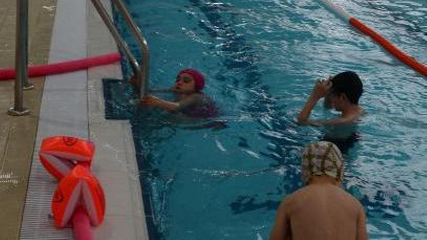 Un grupo de niños disfruta ayer de la piscina de Bueu.     // G.NÚÑEZ