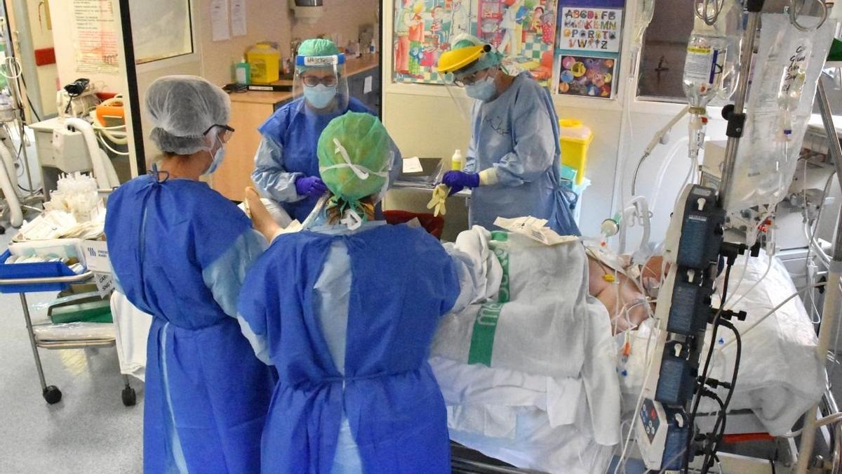 Varios sanitarios atienden a un paciente de coronavirus en una imagen de archivo.