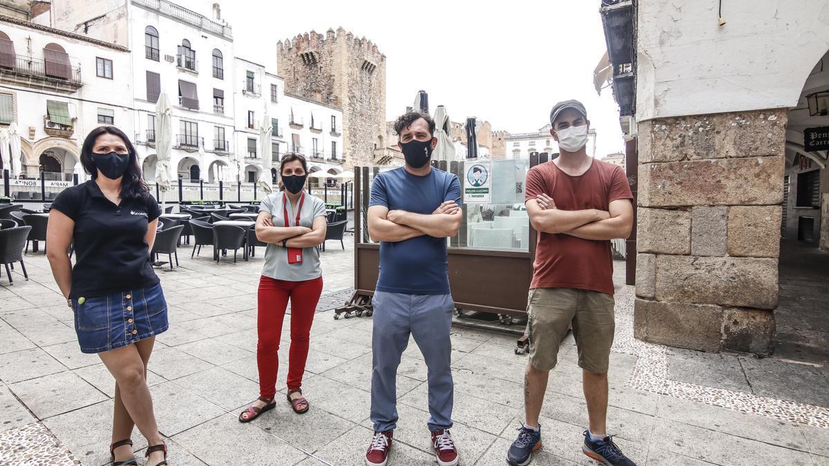 Comerciantes y vecinos afectados por la masificación de terrazas y altercados en la plaza Mayor.