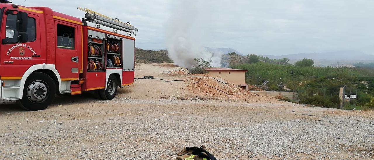 Los Bomberos sofocan un incendio de matorrales en la finca de una pirotecnia de Alicante